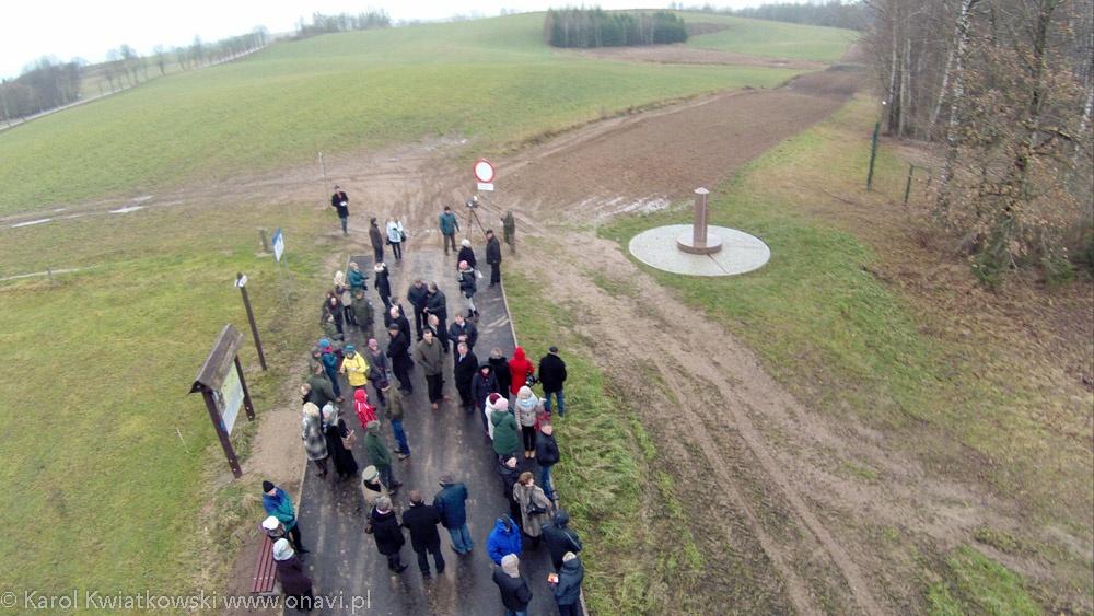 grupa osób przy granite pillar - Kliknięcie spowoduje wyświetlenie powiększenia zdjęcia